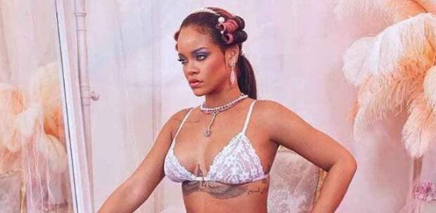 Фото дня: Rihanna в корсете и кружевных чулках рекламирует свою коллекцию нижнего белья