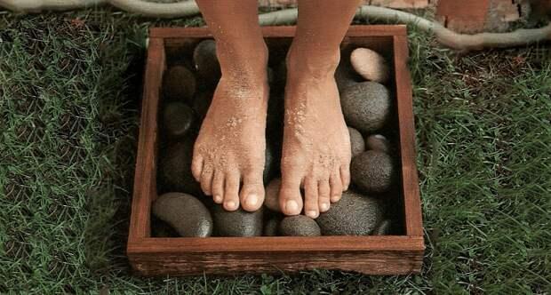 Положите в старую картинную раму гладкие камни и мойте там ноги. / Фото: domoholic.ru
