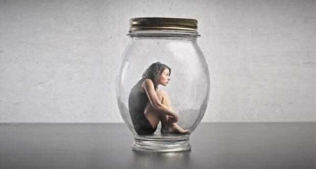 девушка в стеклянной банке