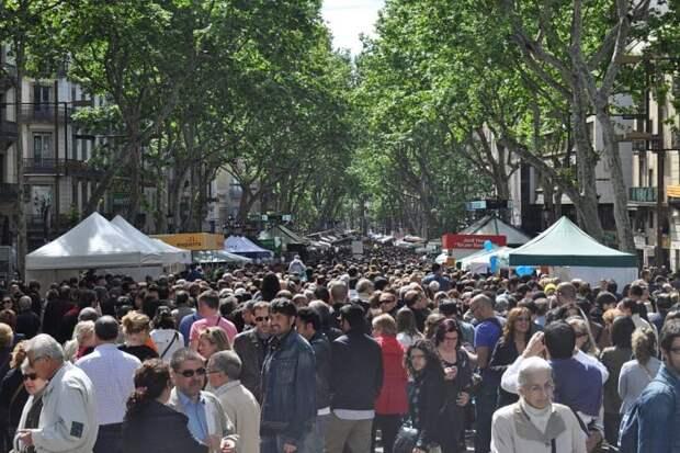 Пробираться сквозь барселонские толпы народу - не самое приятное времяпрепровождение. /Фото: apartmentbarcelona.com