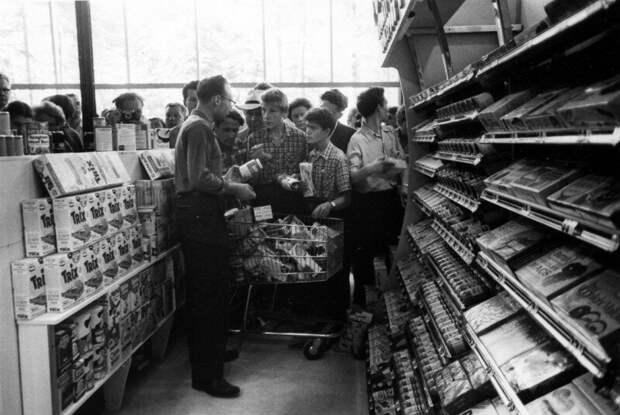 Американская выставка в Сокольниках. Здесь советским гражданам показывают работу супермаркета. 1959 год. история, ретро, фото