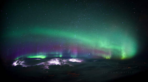 Невероятно красивый кадр природного явления, сделанный в небе над Канадой.