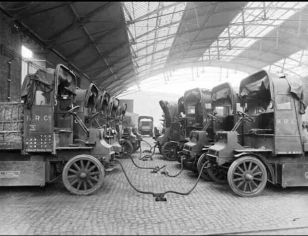 Электрокары на зарядке, 1907 год.