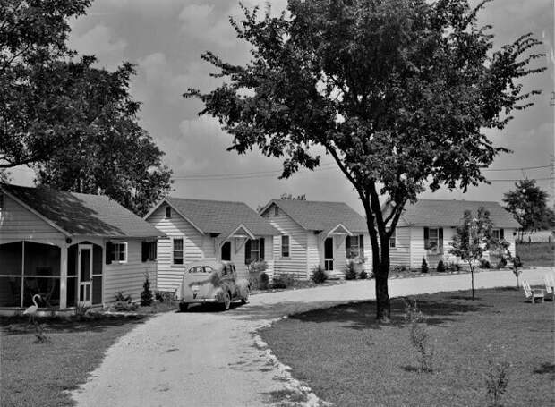 Коттеджная гостиница для туристов в пригороде Луисвилля, Кентукки, июль 1940 г.
