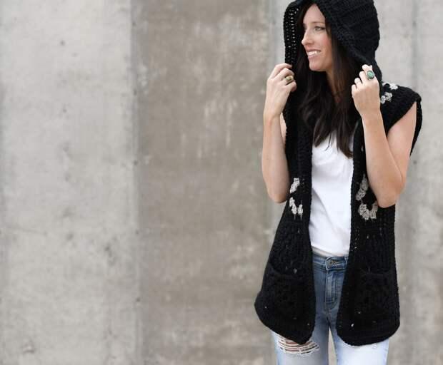 Стильный жилет с капюшоном: легче вязания просто не бывает