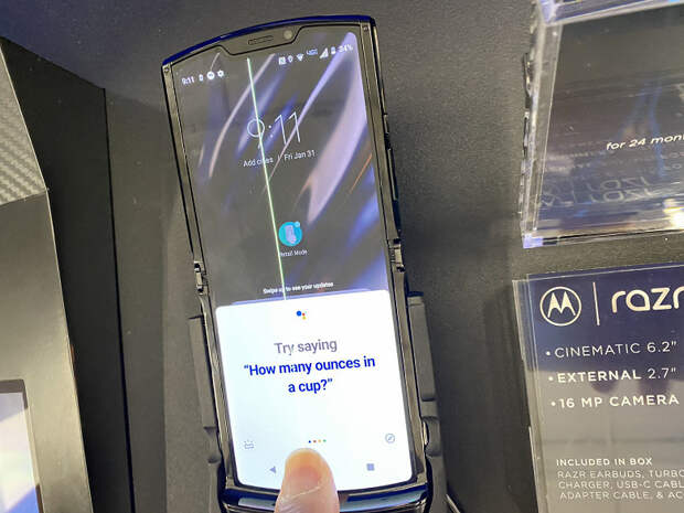 Страшные фото и видео для покупателей Motorola Razr 2019