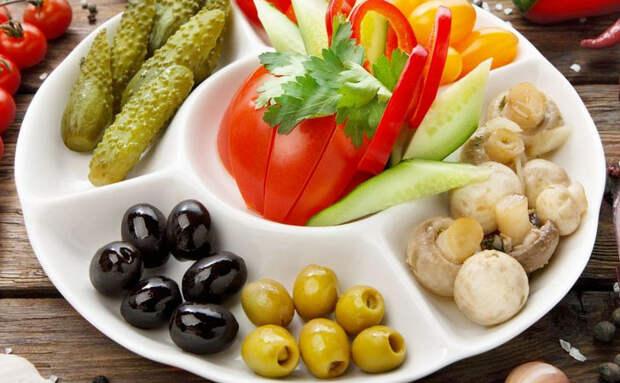 Собираем тарелку холодных закусок. 6 дополнений к сыру и колбасе, которые постоянно добавляют шеф-повара