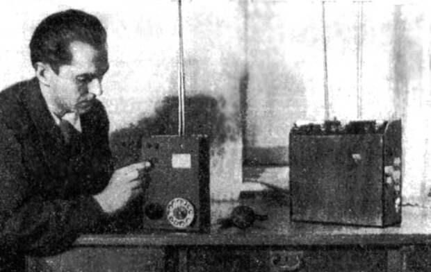 Леонид Куприянович демонстрирует возможности мобильного телефона