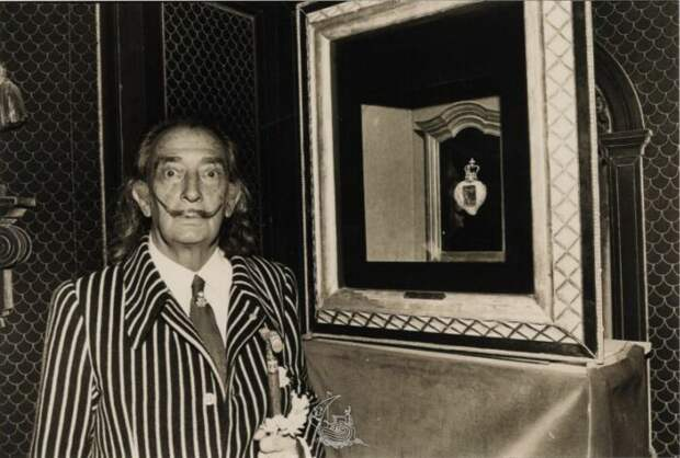 Сальвадор Дали рядом со своей работой Королевское сердце. \ Фото: pinterest.ru.