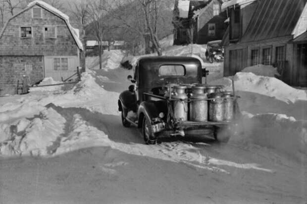 Грузовик фермерского кооператива везет в город молоко, март 1940 года