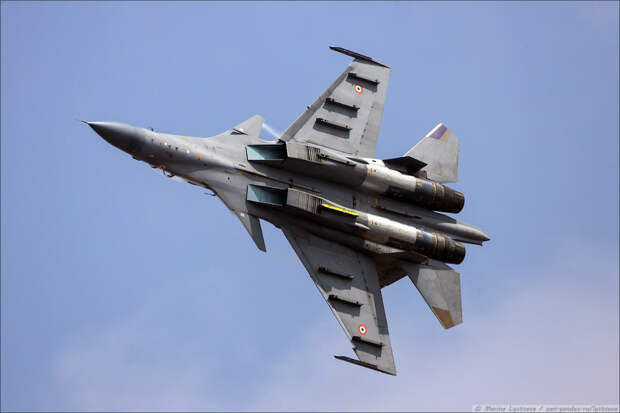 Выступление российских истребителей Су-30МКИ на авиашоу в Индии