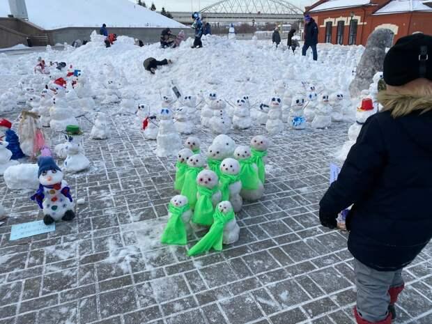 Жители Тюмени вылепили снежную армию