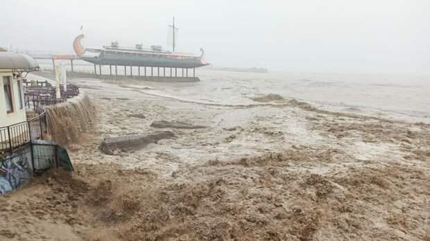 Знаковые места Ялты закроют на три дня из-за разгула стихии