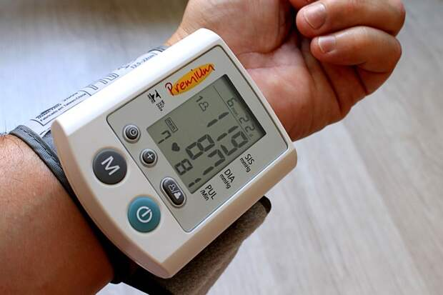 4.  Устройство для измерения артериального давления отсутствие технологий, поликлиники, прошлый век