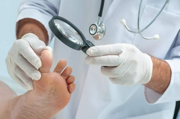 bigstock-Doctor-dermatologist-examines-74599093-min