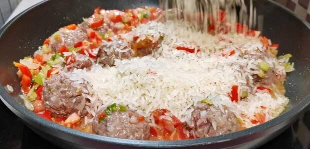 Засыпаю рисом фрикадельки на сковороде. Готовлю простой и вкусный ужин