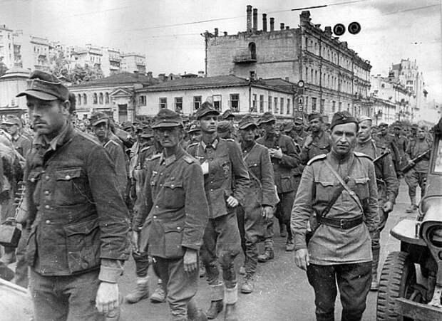 Почему марш пленных в Москве получил название «Большой вальс»