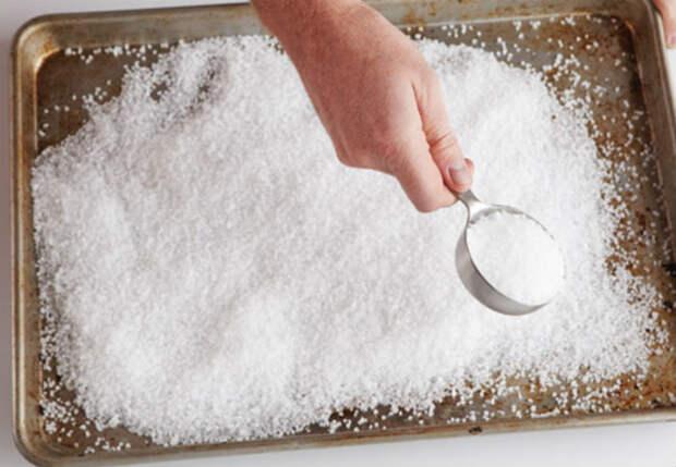 Выпечка больше не пригорит, поставили в духовку противень с солью