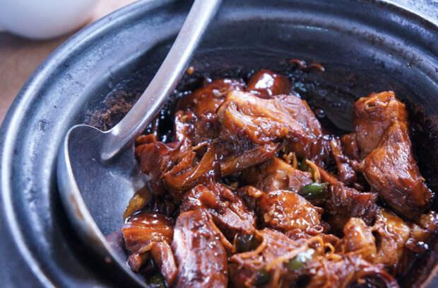 Делаем тушеное мясо мягче и ароматнее. Сначала слегка обжариваем, а потом добавляем бульон