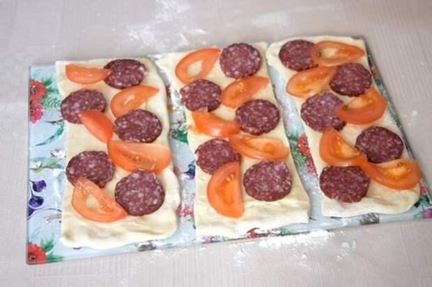 Мини-пицца на скорую руку, из слоеного теста: фото шаг 3