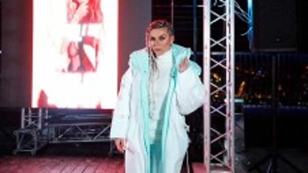 Седокова в пуховике выступила на самой высокой точке Европы