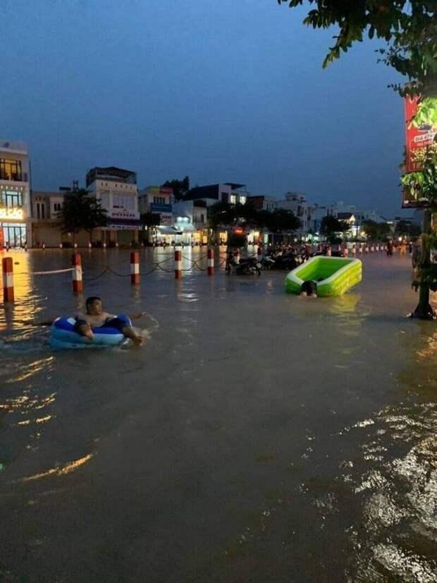 На надувном матрасе во время наводнения