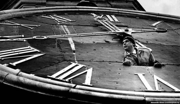 Хранитель курантов Кремля, выглядывающий из Спасской башни. 90-е, СССР, фото