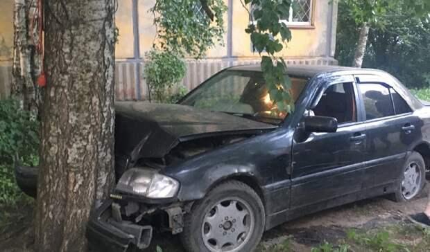 Пьяный водитель иномарки протаранил два авто и врезался в дерево в Петрозаводске