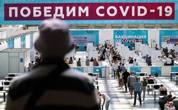 На фото: заполнение анкет и очередь на медицинский осмотр перед вакцинацией от COVID-19 в Гостином дворе, который стал одним из крупнейших пунктов в Европе с возможностью принимать до 6 тыс. человек в сутки.