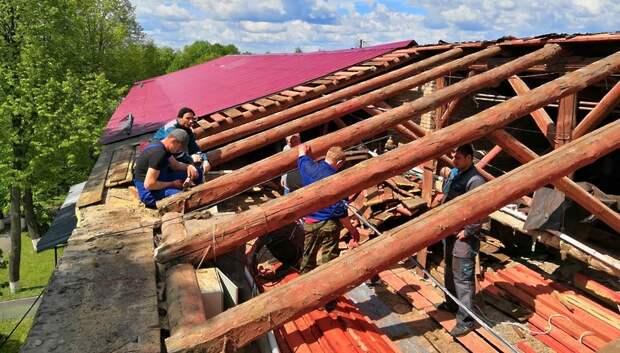 Рабочие приступили к ремонту кровель в двух домах микрорайона Лаговский