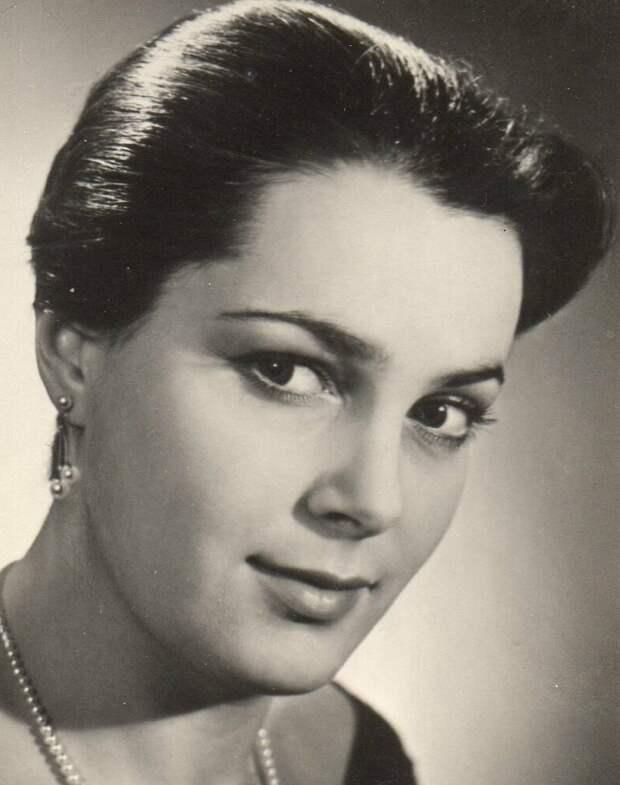 Как выглядела в детстве незабвенная Элина Быстрицкая и как преображалась ее красота на протяжении жизни, изображение №8