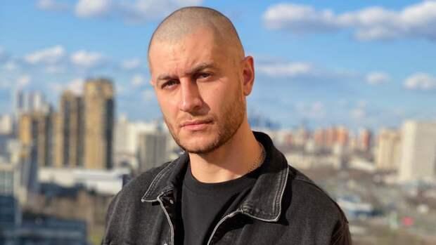 Расставшегося с Бузовой Даву засняли в компании блондинки в Москве