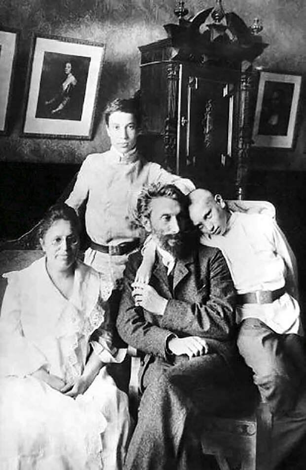 Борис Пастернак с отцом Леонидом Осиповичем, матерью Розалией Исидоровной и братом Александром