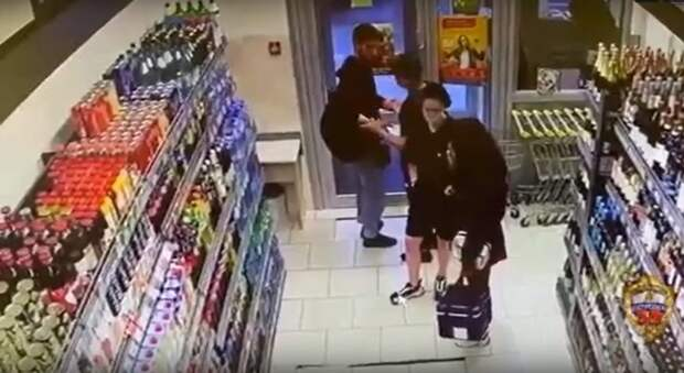 Мигранты вынесли из супермаркета на Енисейской зубную пасту и дезодорант