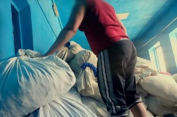 Антисанитария на высшем уровне: вот как стирается постельное белье пассажиров поездов