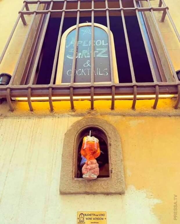 Итальянские винные окна, которые использовались во время чумы 17 века, снова открылись