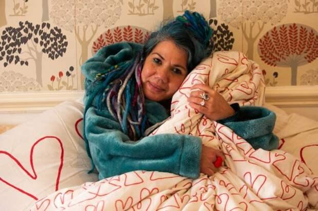 В Британии одинокая женщина выходит замуж за одеяло