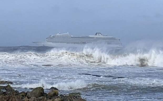 Круизный лайнер потерял ход у побережья Норвегии