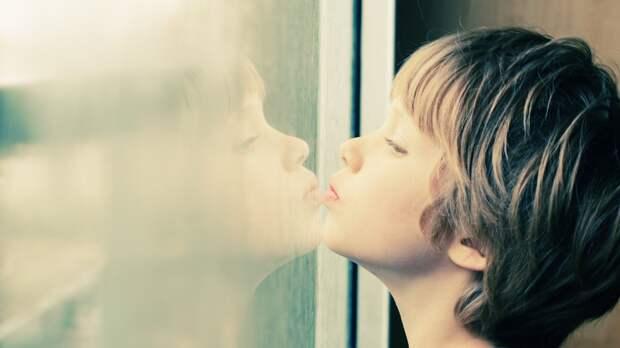 По каким симптомам можно определить аутизм и что делать дальше