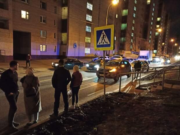 На Римского-Корсакова сбили молодую пару на пешеходном переходе