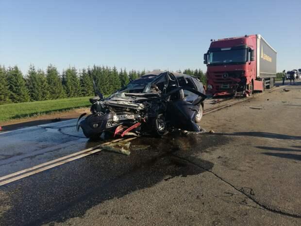 Авария легковушки с двумя грузовиками унесла жизни женщины и 3-летней девочки в Удмуртии