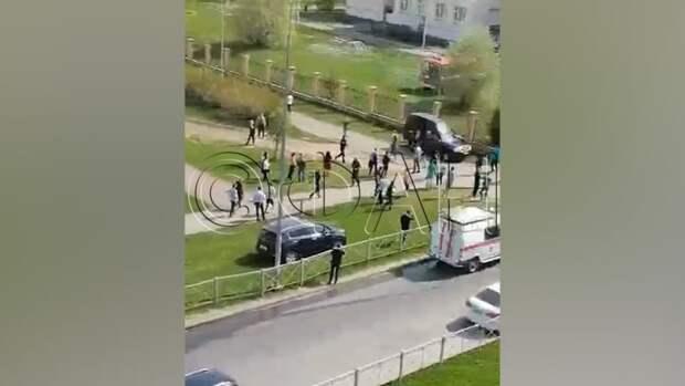 Президент Татарстана заходит в здание школы, где произошла стрельба