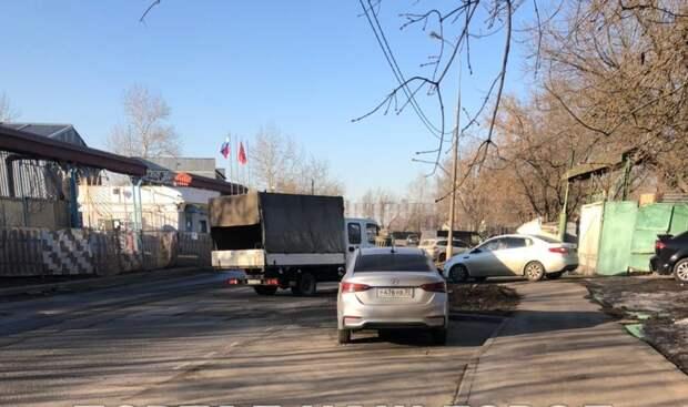 Тротуары на Вилюйской очистили от мусора
