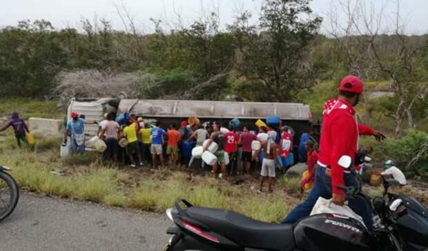 Семь человек погибли вКолумбии при попытке разграбить перевернувшийся бензовоз