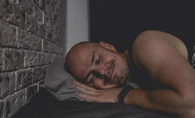 Мужчина ложился спать вовремя 30 дней подряд и в конце показал изменения тела