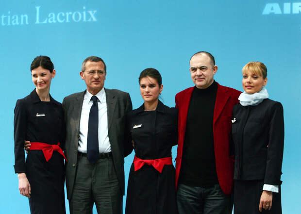 Кристиан Лакруа со стюардессами Air France,
