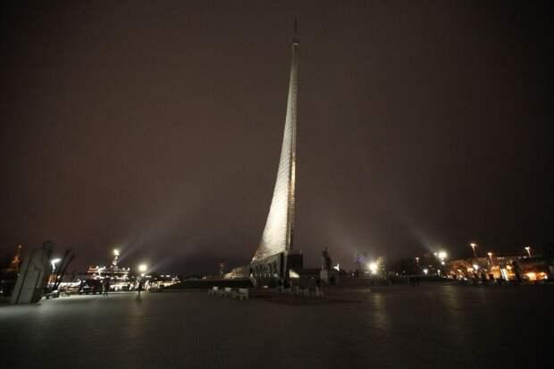 Монумент «Покорителям космоса» в СВАО засверкал яркими огнями