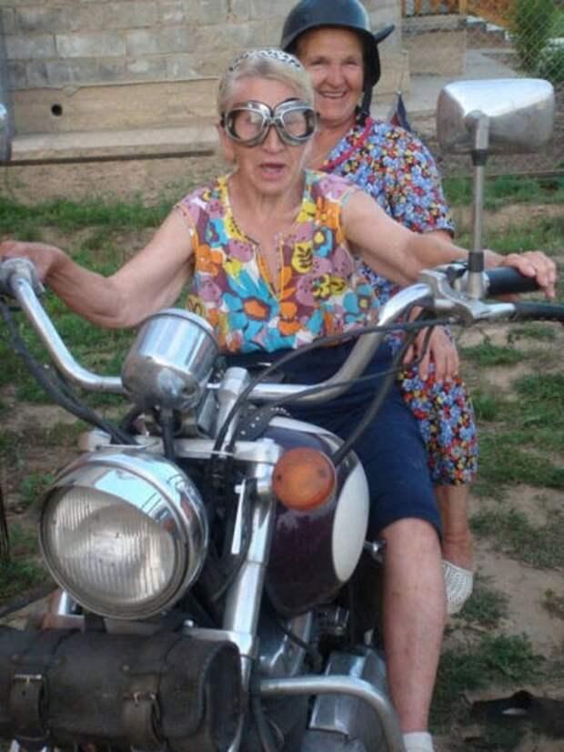 2. Проехаться с ветерком на мотоцикле возраст, новые свершения, позитив, смех, старость. бабульки, юмор