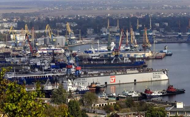 На фото: вид на морской торговый порт с горы Митридат, Керч