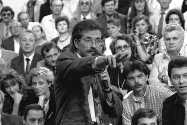 Владислав Листьев во время съемок телепередачи «Тема»